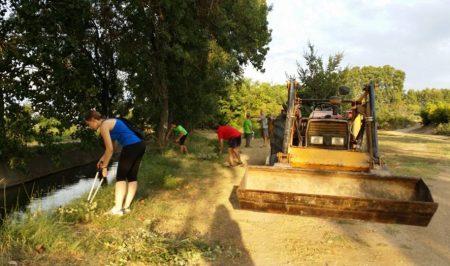 voluntariat ambiental a la banqueta a Juneda