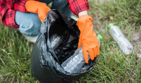 mujer-recogiendo-basura-bolsa-negra_1150-23954
